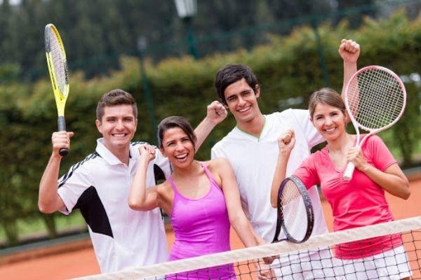 odrasli ljudi igraju tenis